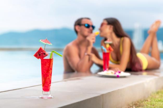 Cocktail de pastèque rouge vif aux fruits frais