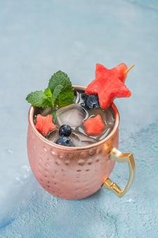 Cocktail patriotic moscow mule avec pastèque et myrtille