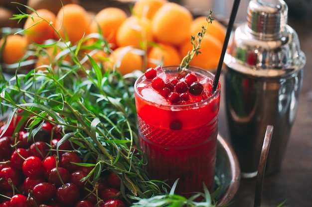 Cocktail de petits fruits sur le plateau. gros plan d'un cocktail froid.