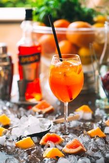 Cocktail de petits fruits sur la table. cocktail froid sur glace.
