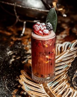 Cocktail de petits fruits avec zeste d'orange framboise et mûre