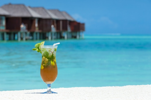 Cocktail avec plage floue