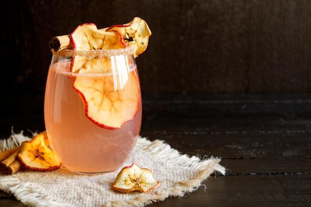 Cocktail pomme cannelle. sur fond noir