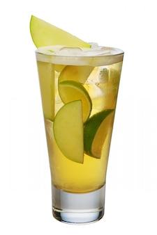 Cocktail de pommes avec de la bière, citron vert et glaçons dans un verre highball isolé on white