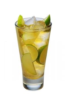 Cocktail de pommes avec un vin mousseux avec des glaçons dans un verre highball isolé on white