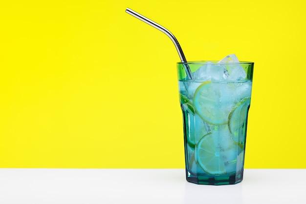 Cocktail rafraîchissant aux agrumes dans un grand verre bleu