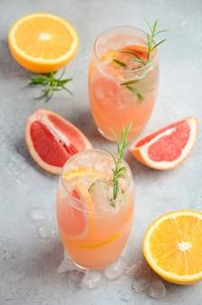 Cocktail rafraîchissant aux agrumes avec pamplemousse, orange et romarin.