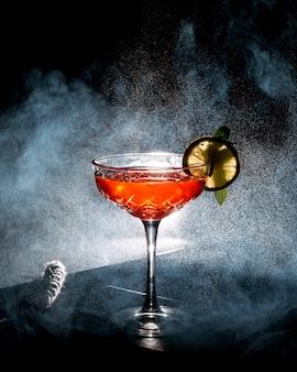 Cocktail rafraîchissant décoré d'une tranche de citron