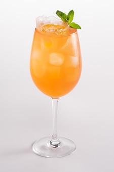 Cocktail rafraîchissant d'été avec glace et alcool. eau pétillante, prosecco, sirop de fruit de la passion.