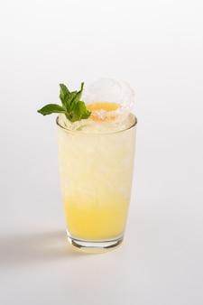 Cocktail rafraîchissant d'été avec glace et alcool. sirop de fruit de la passion, jus de citron.