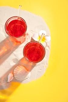 Cocktail rafraîchissant d'été sur la plage