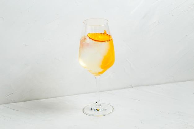 Cocktail rafraîchissant frais au zeste d'orange et de citron