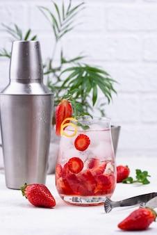 Cocktail rafraîchissant de fraises d'été froid