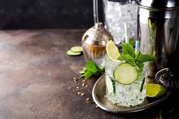 Cocktail rafraîchissant de gin spritz au concombre, citron vert et menthe
