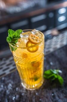 Cocktail rétro avec des fruits tropicaux au bar en boîte de nuit ou au restaurant.