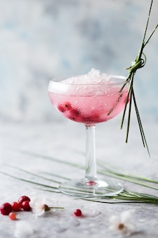 Cocktail rose se bouchent. boisson à la rose et au prosecco dans des verres. partie de cocktail exotique française avec de la glace pilée en verrerie