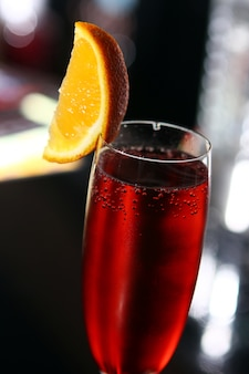 Cocktail rouge dans un verre de champagne