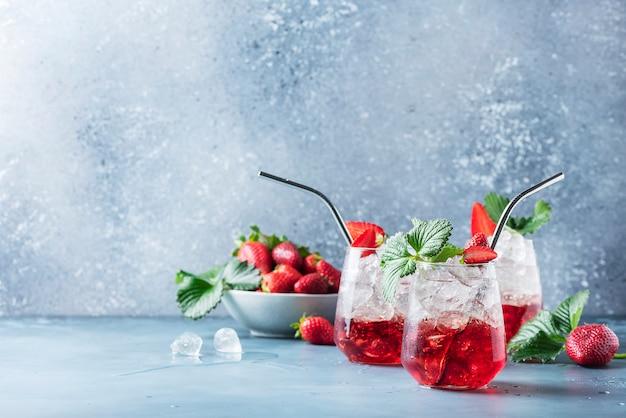 Cocktail rouge avec glace et fraise fraîche