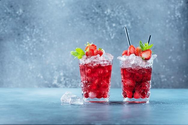 Cocktail rouge avec glace et menthe
