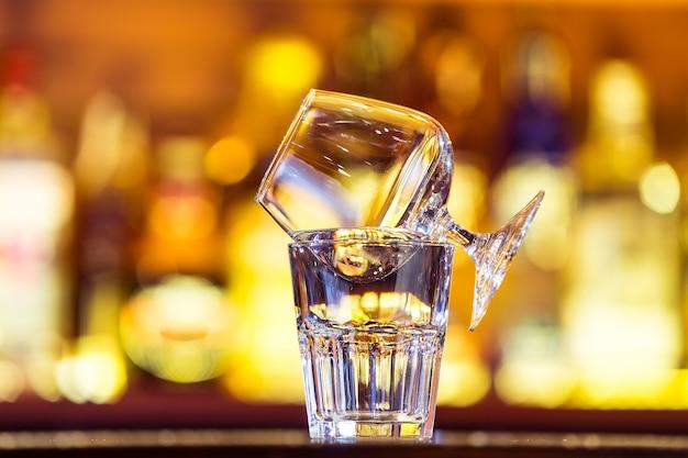 Cocktail sambuca au bar (fermer).