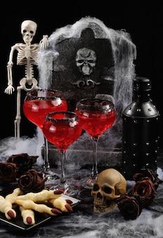 Cocktail sanglant avec de la glace sur la table