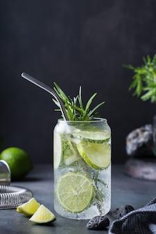 Cocktail de seltz dur avec du romarin au citron vert et des accessoires de barman