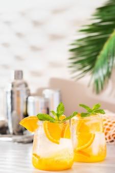 Cocktail De Seltz Dur Orange Rafraîchissant D'été Avec Des Ombres Photo Premium