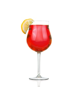 Cocktail avec splash et tranche de citron vert isolé sur blanc
