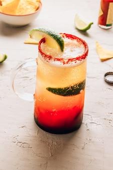 Cocktail sud-américain traditionnel mexicain bière jus de citron vert jus de tomate sauce épicée et épices mise au point sélective