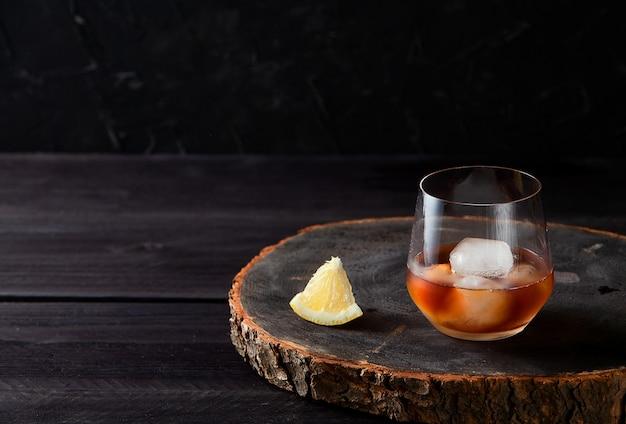 Cocktail avec sur table en bois foncé