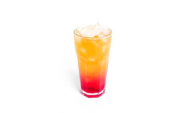Cocktail tequila sunrise isolé sur blanc.