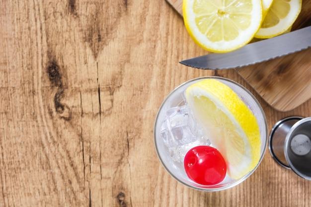 Cocktail tom collins classique sur table en bois
