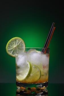 Cocktail traditionnel brésilien de kaipirinha sur fond vert