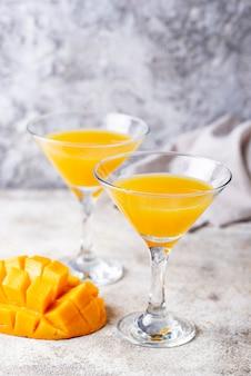 Cocktail tropical à la mangue sur fond clair