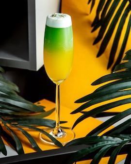 Cocktail tropical multicouche