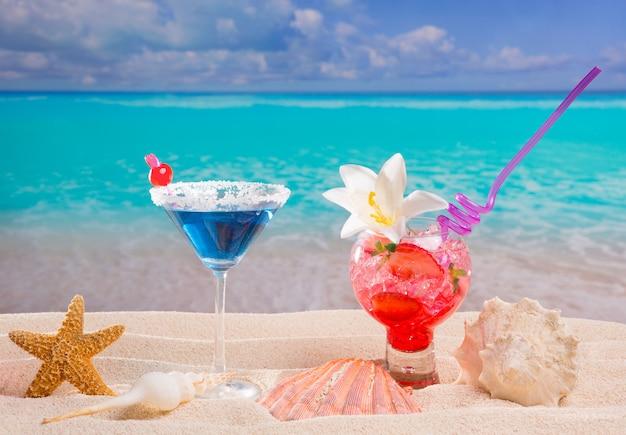 Cocktail tropical rouge et bleu à la plage