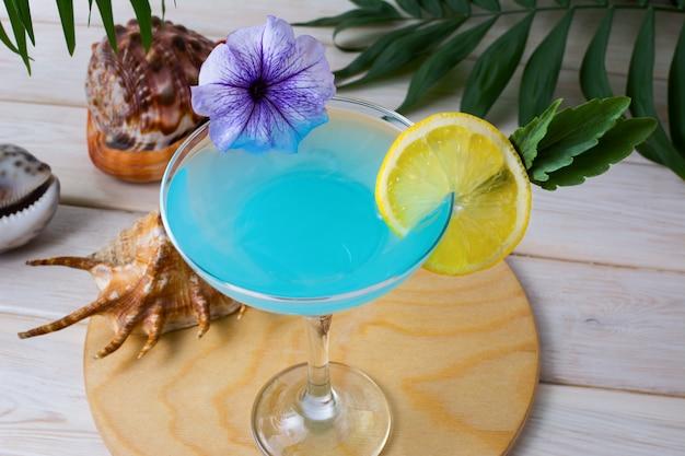 Cocktail de vacances en mer tropicale bleue