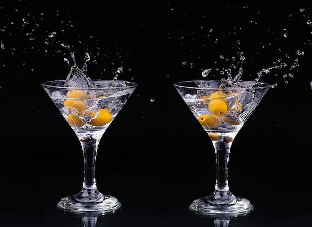 Cocktail de vermouth à l'intérieur d'un verre à martini sur fond sombre