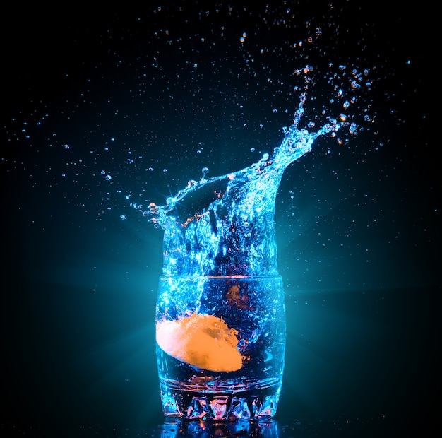 Cocktail en verre avec éclaboussures