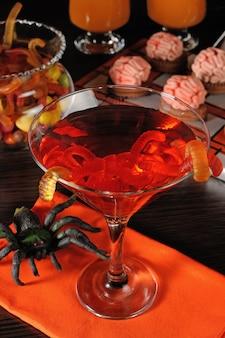 Cocktail avec des vers dans un verre sur la table halloween
