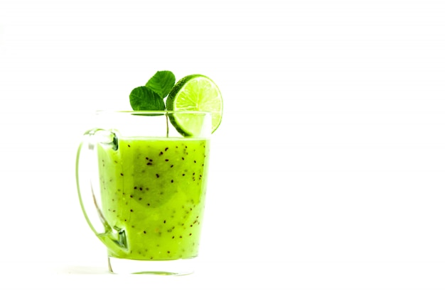 Cocktail vert de kiwi, pomme verte, citron vert et menthe isolé sur fond blanc vue d'un escroc