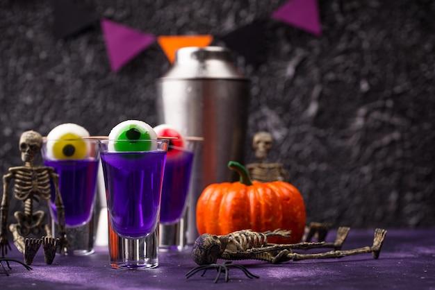Cocktail violet halloween avec des yeux.