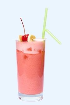 Cocktail de vitamines avec cerises fraîches et bananes dans un verre