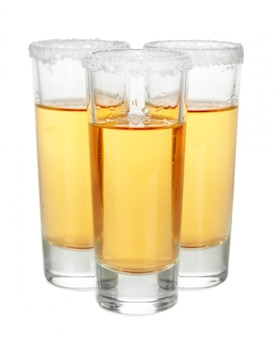 Cocktail. vodka, gin, tequila isolé sur blanc