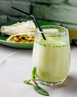 Cocktail avec vue latérale à la menthe