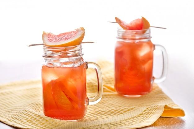 Cocktails d'agrumes avec des tranches d'orange