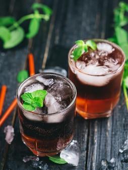 Cocktails alcoolisés estivaux rouges avec glace et menthe. sans soda et avec soda