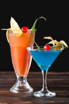 Cocktails alcoolisés et non alcoolisés sur une table en bois. boissons froides d'été