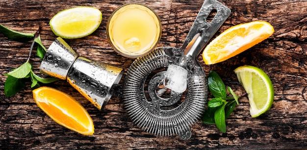Cocktails alcoolisés sur une table en bois