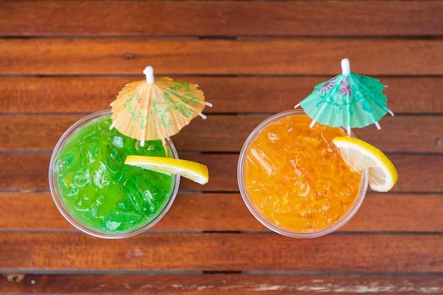 Cocktails au bord de la piscine, vue de dessus avec espace